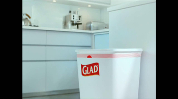 Glad ForceFlex Odor Shield Con Febreze TV Spot, 'Pescado' [Spanish] - Thumbnail 8