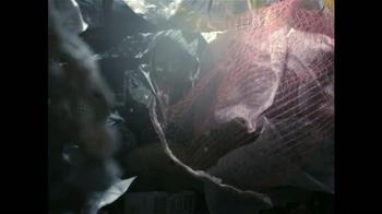 Glad ForceFlex Odor Shield Con Febreze TV Spot, 'Pescado' [Spanish] - Thumbnail 5