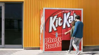 KitKat TV Spot, 'Carnival Photo Booth' - Thumbnail 2