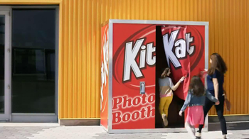 KitKat TV Spot, 'Carnival Photo Booth' - Thumbnail 6