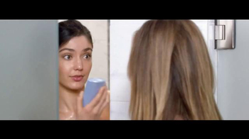 Jergens Wet Skin Moisturizer TV Spot, 'No Towel Yet' Featuring Leslie Mann - Thumbnail 4