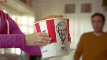 KFC Family Fill Ups TV Spot, 'La lluvia' [Spanish] - Thumbnail 4