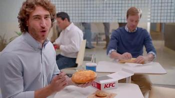 KFC $5 Fill Up TV Spot, 'Almuerzo' [Spanish] - Thumbnail 7
