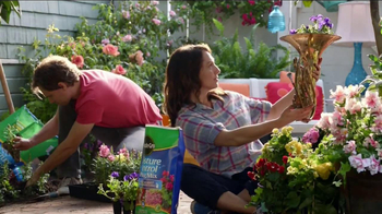 Miracle-Gro Moisture Control TV Spot, 'Couple' - Thumbnail 9