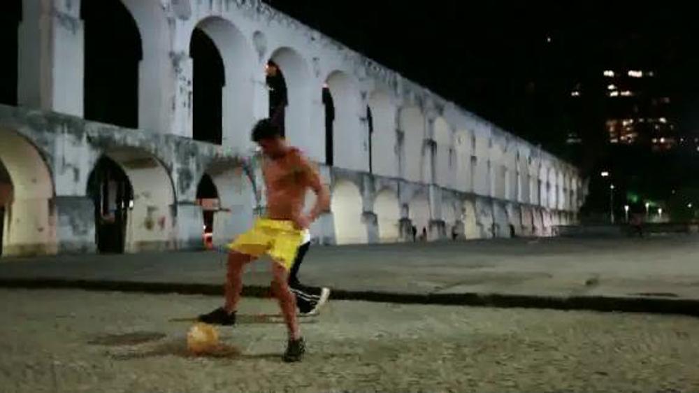 Modelo Especial TV Commercial, 'Soccer'