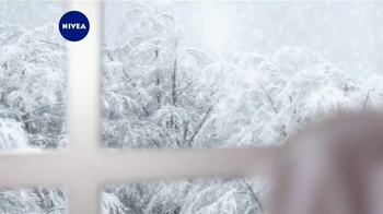 Nivea Extended Moisture TV Spot, 'Heal Your Skin All Winter'