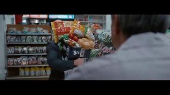 Miller Lite TV Spot, 'El carga-todo' con Marco Rodríguez [Spanish] - Thumbnail 3