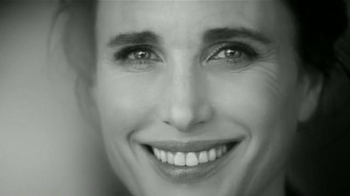 L'Oreal Paris Revitalift TV Spot, 'Acércate' con Andie MacDowell [Spanish] - Thumbnail 8