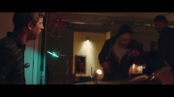 Budweiser TV Spot, 'Holiday Reunion' - Thumbnail 7