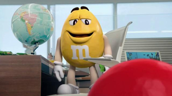 Crispy M&M's TV Spot, 'Globe' [Spanish] - Thumbnail 1