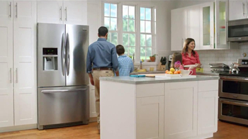 Frigidaire Flexible French-Door Refrigerator TV Spot, 'Legendary Innovation: Family in Kitchen' - Thumbnail 10