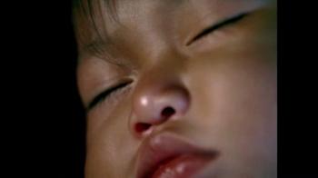 Pampers TV Spot, 'Noche de Paz: Felices Fiestas' [Spanish] - Thumbnail 3