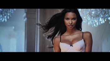 Victoria's Secret TV Spot, 'Holiday 2014: What Angels Want' - Thumbnail 7