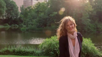 Estee Lauder Pleasures TV Spot, 'Walk in the Park' Song by Plain White T's - Thumbnail 7