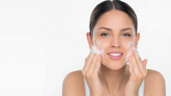 Neutrogena Oil-Free Acne Wash TV Spot., 'Clearer Skin' Feat. Eiza Gonzalez - Thumbnail 3