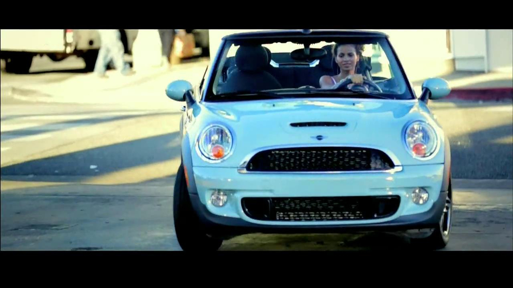 Olay Fresh Effects Va-Va-Vivid Cleansing Brush TV Commercial, 'Car Wash'
