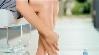 Aveeno Sheer Hydration TV Spot, 'Feather Light' Featuring Jennifer Aniston - Thumbnail 6