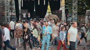Bud Light TV Spot, 'Whatever, USA: Crowdsurfing' [Spanish] - 62 commercial airings