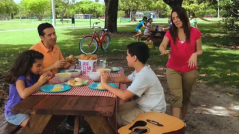 KFC 10-Piece Meal TV Spot, 'Picnic' [Spanish] - Thumbnail 1