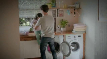 Snuggle Fresh Spring Flowers TV Spot, 'Family Snuggle' - Thumbnail 1