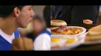 Denny's Cuatro Platillos TV Spot, 'Equipo' [Spanish] - Thumbnail 8
