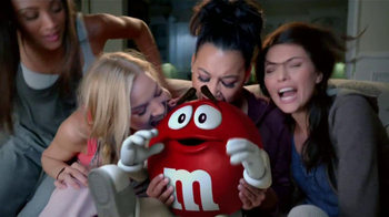 M&M's TV Spot, 'Balada de Amor' Con Naya Rivera [Spanish] - Thumbnail 9