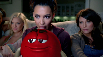M&M's TV Spot, 'Balada de Amor' Con Naya Rivera [Spanish] - Thumbnail 5