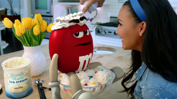 M&M's TV Spot, 'Balada de Amor' Con Naya Rivera [Spanish] - Thumbnail 7