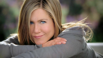 Aveeno Positively Radiant TV Spot, 'Manchas' Con Jennifer Aniston [Spanish] - Thumbnail 2