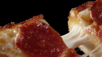 Little Caesars Stuffed Crust DEEP!DEEP! Dish TV Spot, 'Caras' [Spanish] - Thumbnail 4