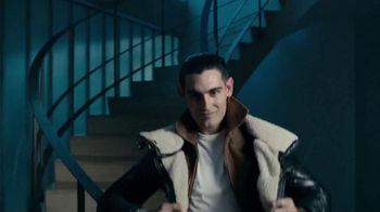 Axe 48-Hour Charge Up Protection TV Spot, 'Dos chaquetas' [Spanish] - Thumbnail 3