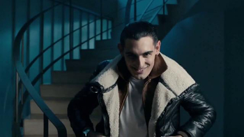 Axe 48-Hour Charge Up Protection TV Spot, 'Dos chaquetas' [Spanish] - Thumbnail 4