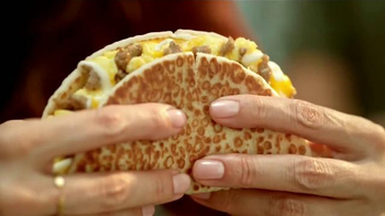 Taco Bell Grilled Breakfast Burrito TV Spot, '¿Esta o aquella?' [Spanish] - Thumbnail 6