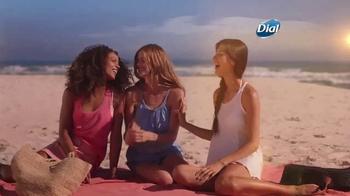 Dial Hibiscus Water Body Wash TV Spot, 'Seres queridos' [Spanish] - Thumbnail 3
