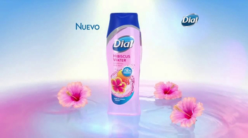 Dial Hibiscus Water Body Wash TV Spot, 'Seres queridos' [Spanish] - Thumbnail 4