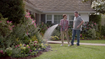 Lowe's Refresh Your Outdoors Event TV Spot, 'The Moment: Premium Mulch' - Thumbnail 6