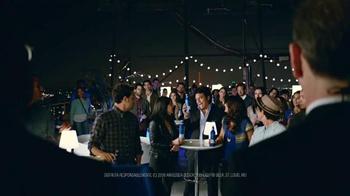 Bud Light TV Spot, 'Bud Light Party: Nuevo Look' con Michael Peña [Spanish] - Thumbnail 4