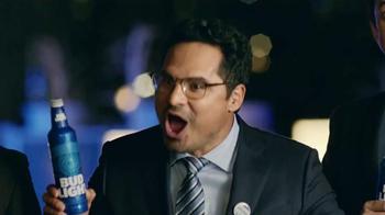 Bud Light TV Spot, 'Bud Light Party: Nuevo Look' con Michael Peña [Spanish] - Thumbnail 6