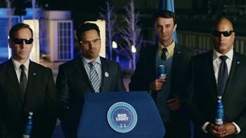 Bud Light TV Spot, 'Bud Light Party: Nuevo Look' con Michael Peña [Spanish] - Thumbnail 7