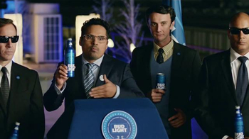Bud Light TV Spot, 'Bud Light Party: Nuevo Look' con Michael Peña [Spanish] - 2205 commercial airings