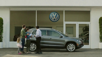 2018 Volkswagen Atlas TV Spot, 'Luv Bug' Song by Dean Martin - Thumbnail 4