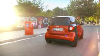 2016 smart fortwo TV Spot, 'City Smart Manifesto' - Thumbnail 3