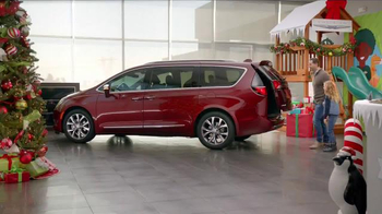 Chrysler Black Friday Sales Event TV Spot, 'PacifiKids: Stowing & Screens' Song by One Republic - Thumbnail 3