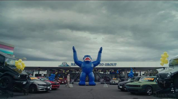 Beepi TV Spot, 'Free Inflatable Gorillas'