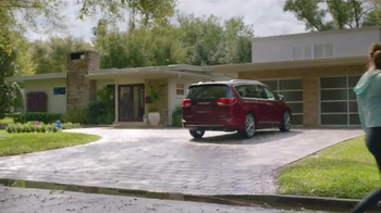2017 Chrysler Pacifica TV Spot, 'Neighborhood Watch: Salads' - Thumbnail 7