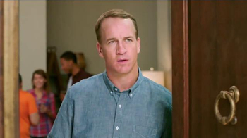 Papa John's Pan Pizza TV Spot, 'Carry' Featuring Peyton Manning, J.J. Watt - Thumbnail 4