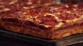 Little Caesars Pizza TV Spot, 'El chivo expiatorio corporativo' [Spanish] - Thumbnail 9