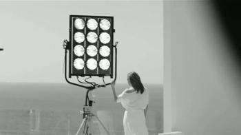 L'Oreal Paris Bright Reveal TV Spot, 'Brilla' con Jennifer Lopez [Spanish] - Thumbnail 7