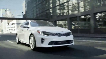 Kia Evento Summer's On Us TV Spot, 'Optima y Optima Hybrid' [Spanish] - Thumbnail 5