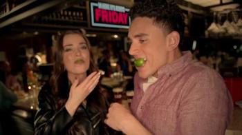 TGI Friday's Dine and Drink TV Spot, 'Intercambio de foto' [Spanish] - Thumbnail 6